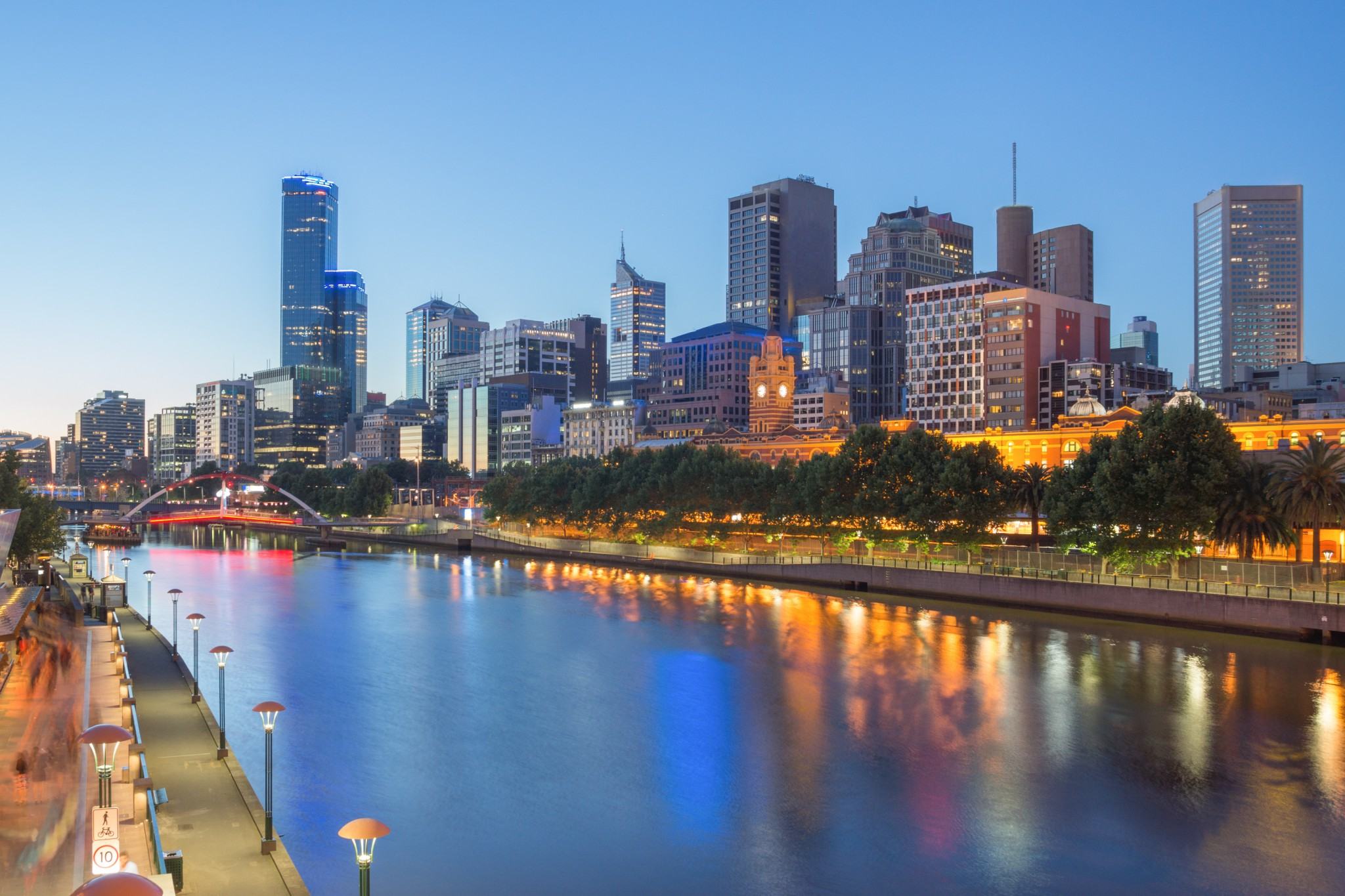 Melbourne-city-and-the-Yarra-river-at-night-e1435733635380